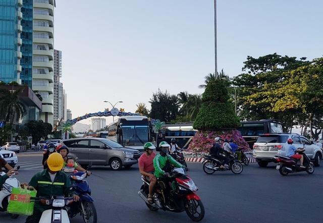 Đường Trần Phú chiều 28/4 tấp nập ô tô đưa đón du khách đi tham quan