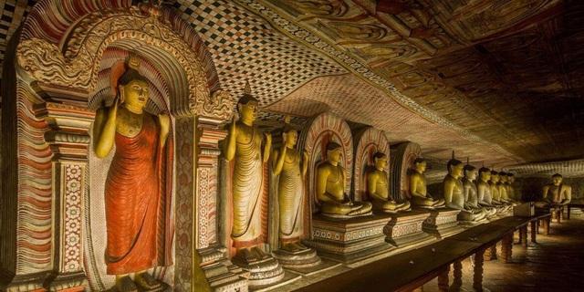 Bước chân vào khu hang động khổng lồ chứa hàng chục bức tượng Phật dát vàng - 5