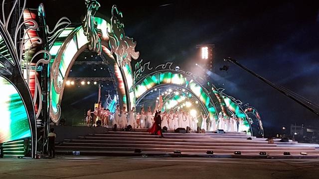 Sân khấu được thiết kế hoành tráng, rực rỡ, độc đáo