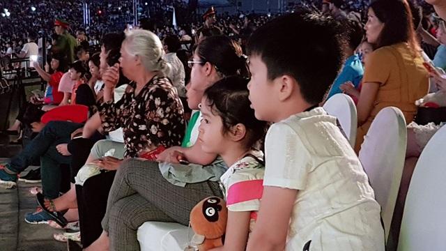 Người dân cùng du khách tỏ ra thích thú với chương trình nghệ thuật tại Lễ hội