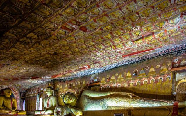 Trần của hang là những bức tranh về tượng Phật