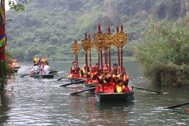Các đoàn rước đi thành đoàn trên những chiếc thuyền, đoàn đi dọc theo dòng sông Sào Khê rước nước vào đền Suối Tiên (đền thờ Đức thánh Quý Minh Đại Vương) và thực hiện các lễ tế tại đây.