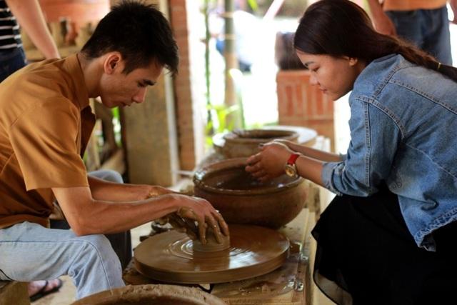 Làng gốm Thanh Hà cũng thu hút đông đảo du khách tham quan