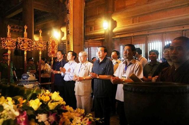Lãnh đạo tỉnh Ninh Bình dâng hương thành kính Đức thánh Quý Minh Đại Vương.