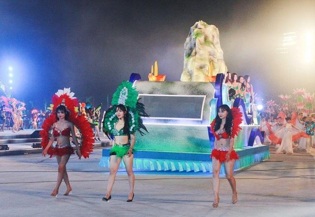 Màn diễu hành đường phố của các đoàn nghệ thuật trong nước và quốc tế được chú ý nhiều nhất.
