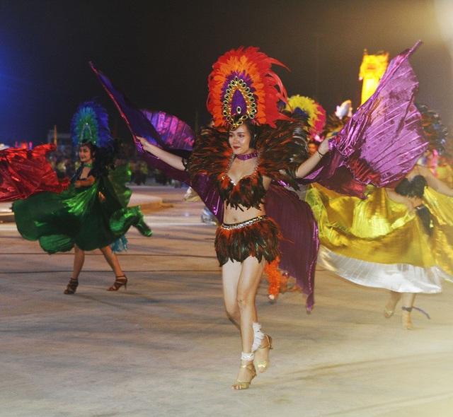Gương mặt khả ái của một vũ công tại carnaval Hạ Long 2018.