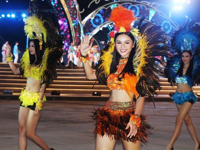 Trong trang phục lông vũ, những vũ công trẻ càng thêm thu hút mọi ánh nhìn của khán giả.