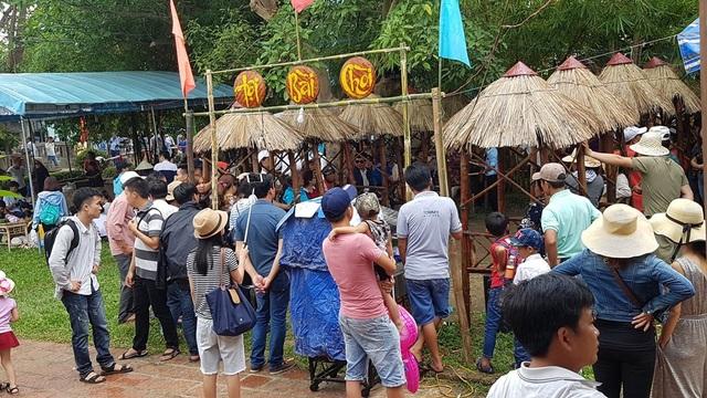 Các lễ hội ở vùng quê thu hút rất đông người tham gia vui chơi