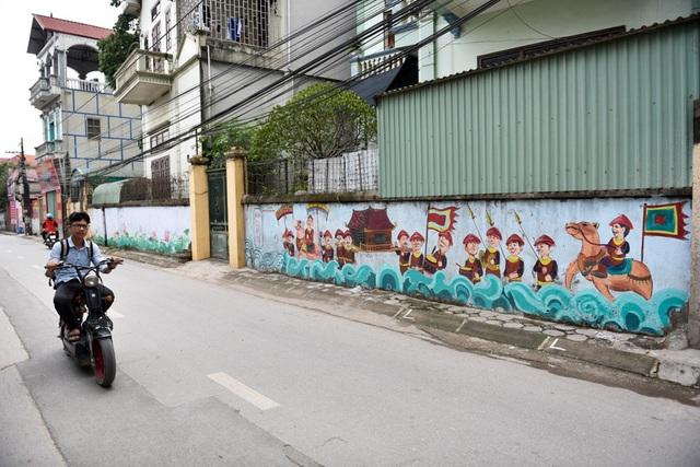 Con đường bích họa ở chùa Thầy (xã Sài Sơn, Huyện Quốc Oai, Hà Nội) gây bất ngờ cho du khách khi tới tham quan di tích nổi tiếng này bằng những bức tranh độc đáo vẽ trên tường hai bên đường.