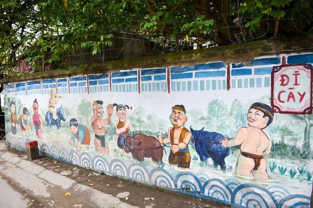 Được biết, con đường bích họa ở đây dài khoảng 500m từ cổng chào xã Sài Sơn tới hồ Long Trì (chùa Thầy).