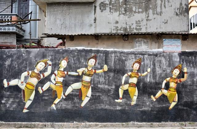Trước khi vẽ những bức họa này, toàn bộ bức tường đều mốc bẩn gây mất mỹ quan trên con đường dẫn vào chùa Thầy.