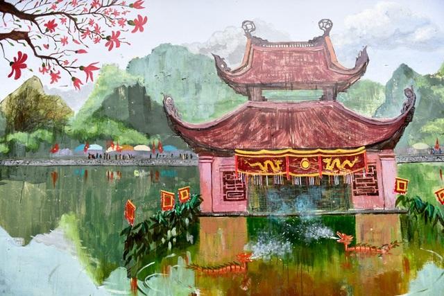 Bức bích họa đặc sắc vẽ hồ Long Trì - biểu tượng của khu di tích chùa Thầy.