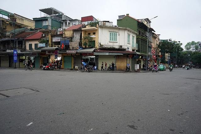 Các con đường trong khu phố cổ chỉ còn người tập thể dục buổi sáng