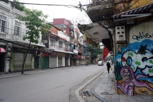 8h, các tuyến phố trong khu vực phố cổ cũng rất vắng vẻ.