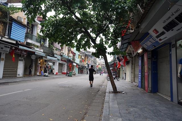 Trục đường Hàng Ngang, Hàng Đào, Hàng Đường, Đồng Xuân thưa thớt xe qua lại.