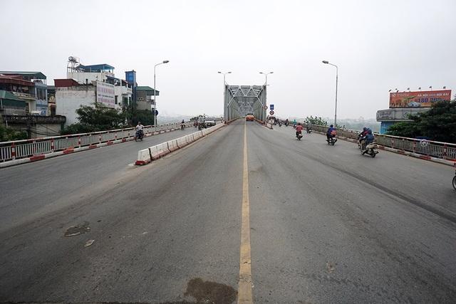 Cầu Chương Dương lúc 8h là thời điểm thường xảy ra ùn ứ giao thông nhưng lại vắng vẻ trong ngày nghỉ lễ.