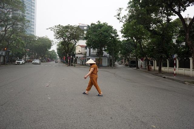 Đường phố Hà Nội trở nên vắng lặng khác hẳn với nhịp điệu thường ngày.