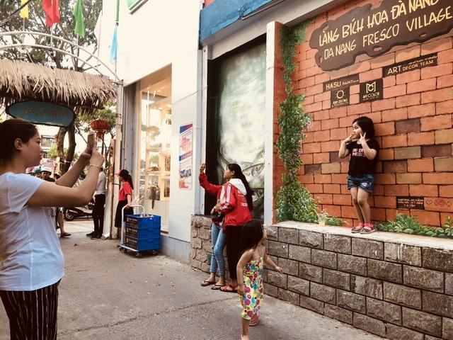 Nhiều du khách đến Đà Nẵng dịp lễ 30/4-1/5 năm nay tìm đến làng bích họa ở hẻm 75 Nguyễn Văn Linh check in