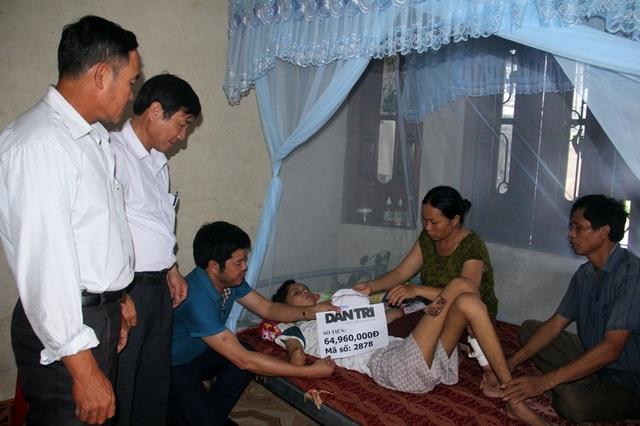 Sau khi Báo Dân trí đăng tải tình cảnh của Việt và gia đình, rất nhiều bạn đọc giàu lòng nhân ái của báo đã động viên, sẻ chia với em. Ngoài gọi điện, nhắn tin sẻ chia, nhiều tấm lòng hảo tâm đã hỗ trợ Việt qua Quỹ Nhân ái của báo Dân trí (tuần 1 tháng 4) tổng số tiền 64,960,000 đồng. Số tiền này đã được PV Dân trí tại Bắc Miền Trung chuyển tận tay bố mẹ Việt vào chiều 27/4. Tiếp nhận số tiền trên bố mẹ Việt hết sức xúc động, bày tỏ lời cảm ơn sâu sắc tới các nhà hảo tâm và báo Dân trí (xem video).