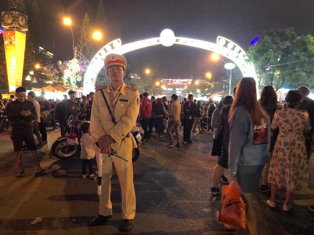 Lực lượng CSGT TP Đà Lạt- Lâm Đồng luôn túc trực tại các điểm du lịch để đảm bảo an toàn giao thông cho du khách
