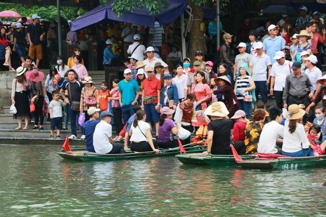 Người dân chen chân xuống thuyền tham dự lễ hội Tràng An và tham quan danh thắng Tràng An - Di sản văn hóa và thiên nhiên thế giới có 1 không 2 của Việt Nam.