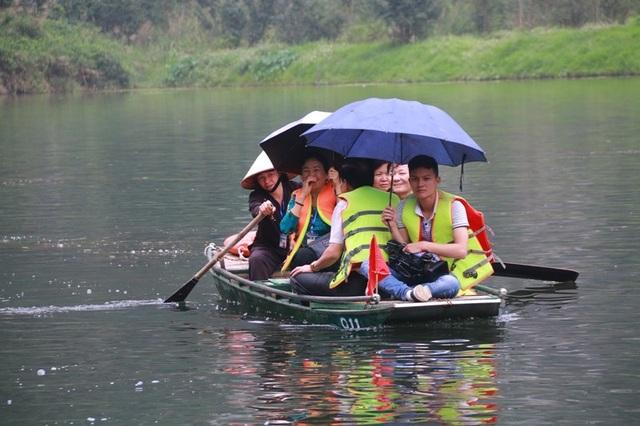 Người dân tham dự lễ hội Tràng An và tham quan di sản kép có một không hai của Việt Nam.