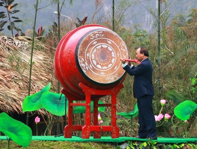 Thủ tướng Nguyễn Xuân Phúc đến dự và đánh trống khai mạc lễ hội Tràng An năm 2018.