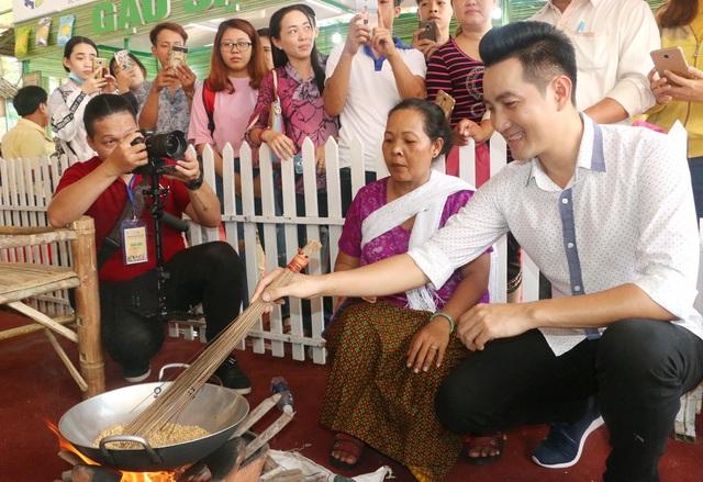 Ca sĩ Nguyễn Phi Hùng tham gia làm bánh cùng các nghệ nhân