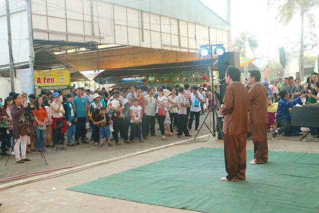Các nghệ nhân biểu diễn đờn ca tài tử tại Con đường bánh dân gian