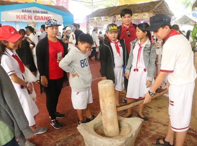 Các em học sinh cùng trải nghiệm làm bánh