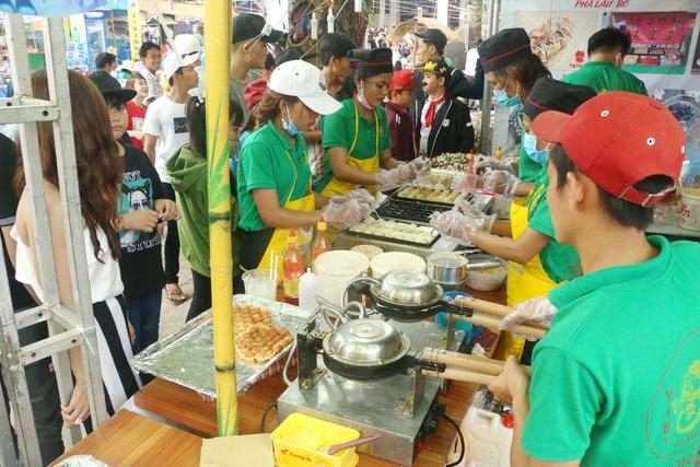 Rất đông du khách đứng đợi để thưởng thức bánh tại lễ hội