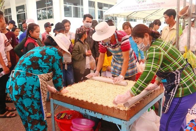 Nhiều du khách đợi bánh xong để thưởng thức
