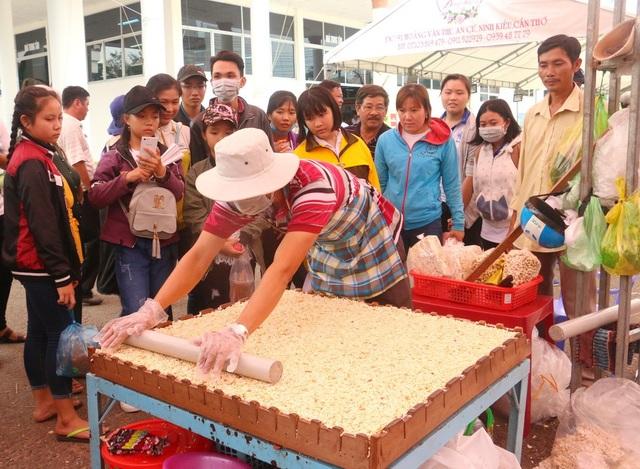 Rất đông người dân đang theo dõi theo nghệ nhân làm bánh cốm