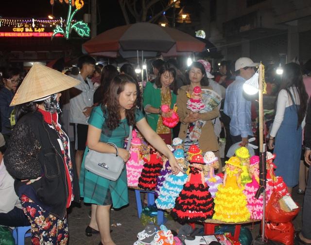Du khách chen chân kẹt cứng tại khu chợ đêm Đà Lạt - 5