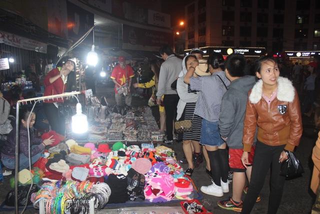 Du khách chen chân kẹt cứng tại khu chợ đêm Đà Lạt - 4