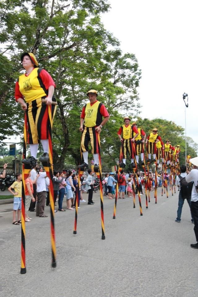 Những cây cà kheo cao lênh khênh của Vương quốc Bỉ xuất hiện trên đường phố Huế