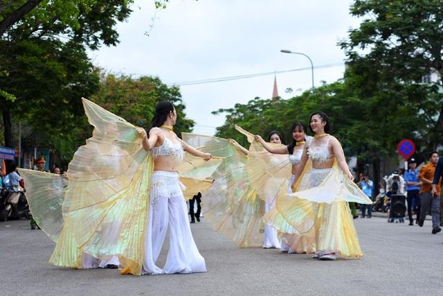 Các nghệ sĩ Việt Nam múa rất đẹp