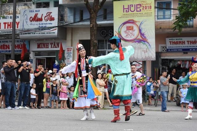 Nghệ sĩ Mông Cổ nhảy múa trên đường
