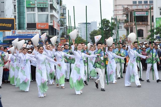 Người dân, du khách đổ ra đường xem Lễ hội quảng diễn đường phố - 18