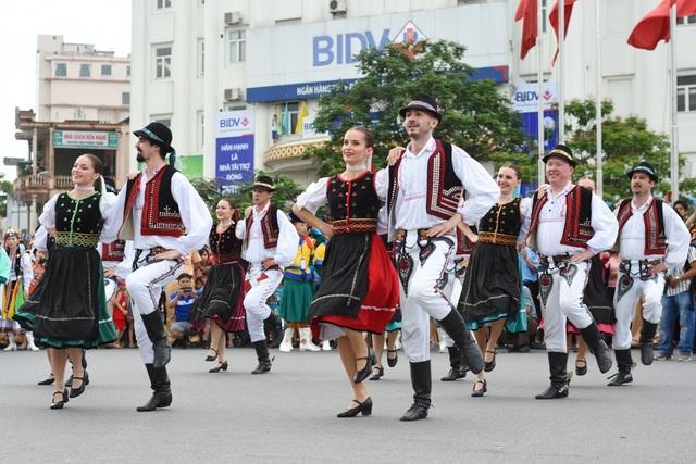 Những điệu nhảy hòa trong tiếng nhạc tưng bừng cả TP Huế mùa Festival