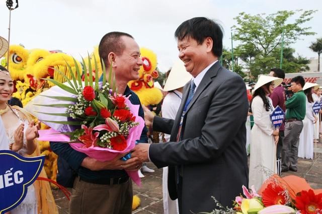 Ông Nguyễn Dung, Phó Chủ tịch UBND tỉnh Thừa Thiên Huế, Trưởng Ban tổ chức Festival Huế 2018 phát biểu và tặng hoa cho các đoàn biểu diễn
