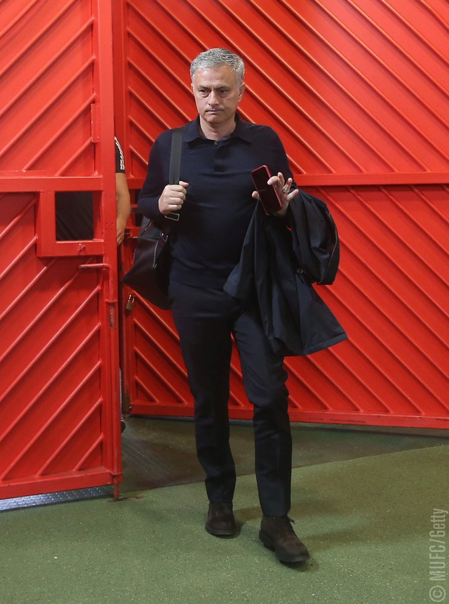HLV Mourinho cùng các học trò tới sân Old Trafford