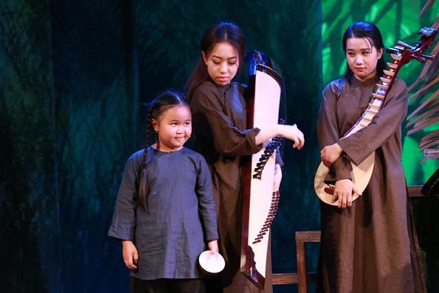 Bé Kim Thư với nét diễn đáng yêu mang lại tiếng cười cho khán giả bằng nét diễn lí lắc và thông minh