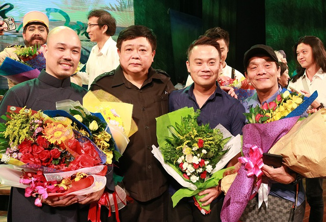 Từ trái qua phải: Đạo diễn Triệu Trung Kiên, tác giả văn học Nguyễn Thế Kỷ, soạn giả chuyển thể cải lương Hoàng Song Việt và Phạm Văn Đằng nhận hoa của đồng nghiệp và khán giả.