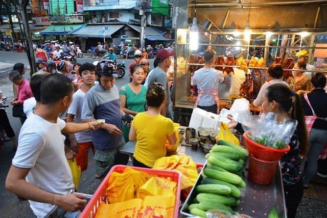 Một cửa hàng vịt quay trên đường Bùi Hữu Nghĩa (quận 5) luôn tấp nập khách đến mua hàng.