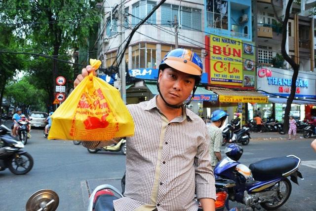Anh Hòa (ngụ quận 5) mua vịt về ăn lễ cùng gia đình.