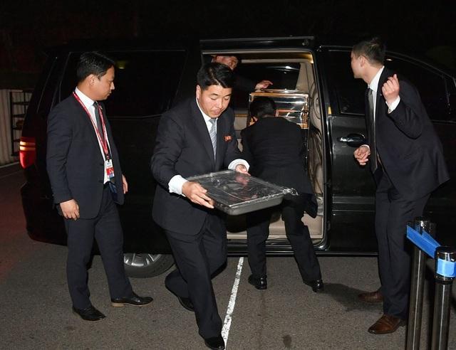 Các vệ sĩ Triều Tiên vận chuyển khay mì từ ô tô vào nơi tổ chức tiệc tối sau hội nghị thượng đỉnh liên Triều hôm 27/4. Trước đó, nhà lãnh đạo Kim Jong-un từng tiết lộ về mì lạnh - món quà được ông mang từ Bình Nhưỡng tới khu phi quân sự liên Triều để mời Tổng thống Moon Jae-in thưởng thức trong bữa tiệc.