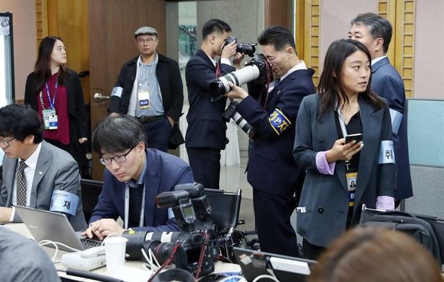 Các phóng viên Hàn Quốc và Triều Tiên tập trung tác nghiệp tại trung tâm báo chí ở làng đình chiến Panmunjom. Khoảng 3.000 phóng viên, gồm cả các phóng viên nước ngoài, đã đưa tin về sự kiện quan trọng này.
