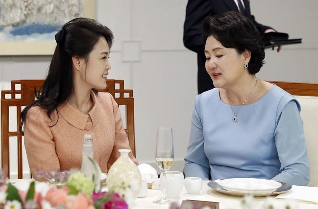 Hai Đệ nhất phu nhân Hàn Quốc và Triều Tiên trò chuyện trên bàn tiệc. Đây là cuộc gặp đầu tiên giữa hai bà.