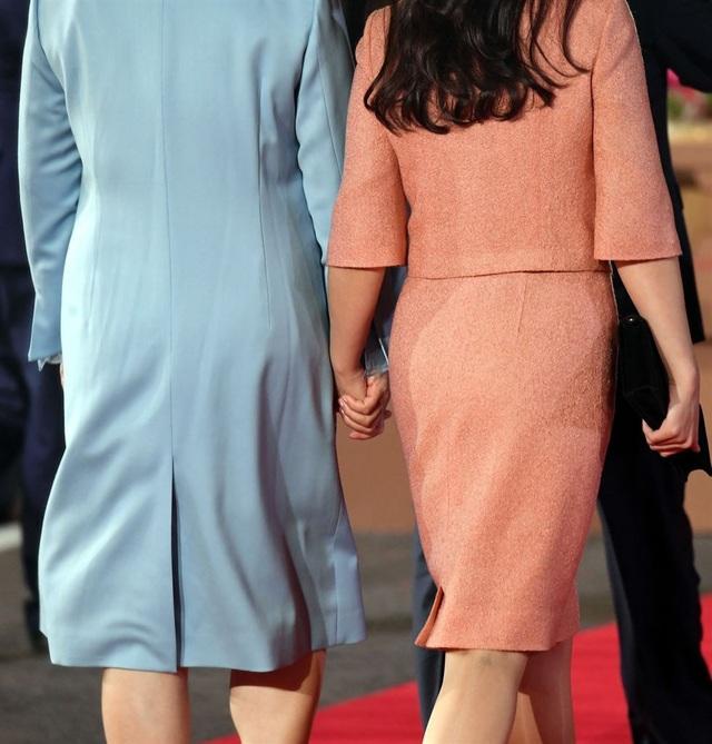 Cái nắm tay của hai Đệ nhất phu nhân Hàn - Triều.